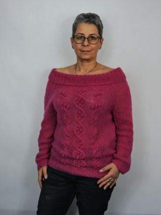 Sweter damski, reglanowy wykonany ręcznie na drutach, metodą bezszwową z mieszanki alpaki i jedwabiu.