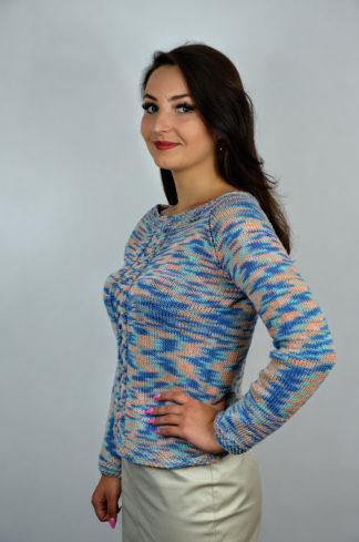 Sweter damski handmade, wykonany na drutach, z subtelnym splotem z przodu i dużym wycięciem na plecach.