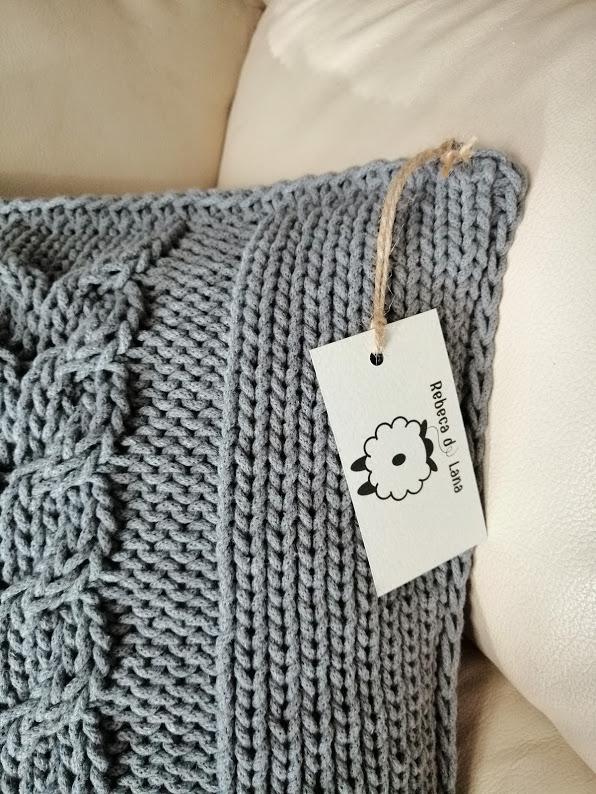 Poduszka wykonana ręcznie na drutach z wysokiej jakości bawełnianego sznurka z dekoracyjnym splotem po środku, poszewka zdejmowana, zapinana na suwak.