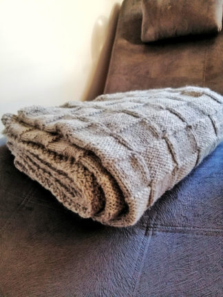 Ręcznie wykonany na drutach, stylowy pled wełniany, ciepły i miły w dotyku. akże ogrzeje w chłodne letnie wieczory w ogrodzie.