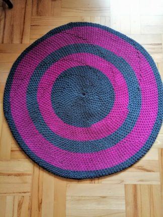 Dywan wykonany ręcznie z wysokiej jakości bawełnianego sznurka o grubości 5mm o zwartym splocie. Przeznaczony do każdego pomieszczenia.