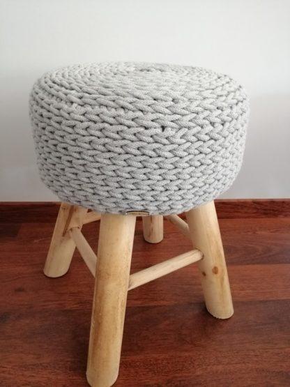 Stołek w stylu skandynawskim na 4 drewnianych nogach z miękkim siedziskiem.