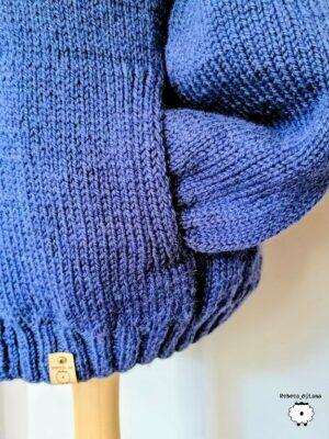 Sweter reglanowy z kapturem i kieszeniami