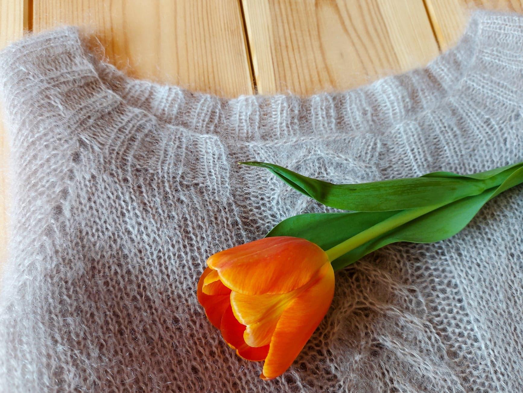 Rzędy skrócone – kształtowanie dekoltu w swetrze robionym od góry