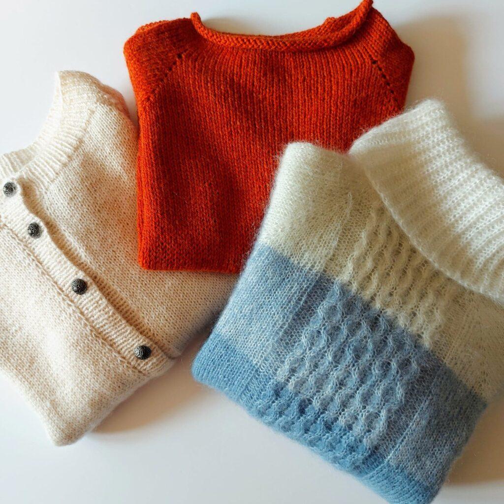 Różne wzory i modele swetrów zrobionych na drutach,
