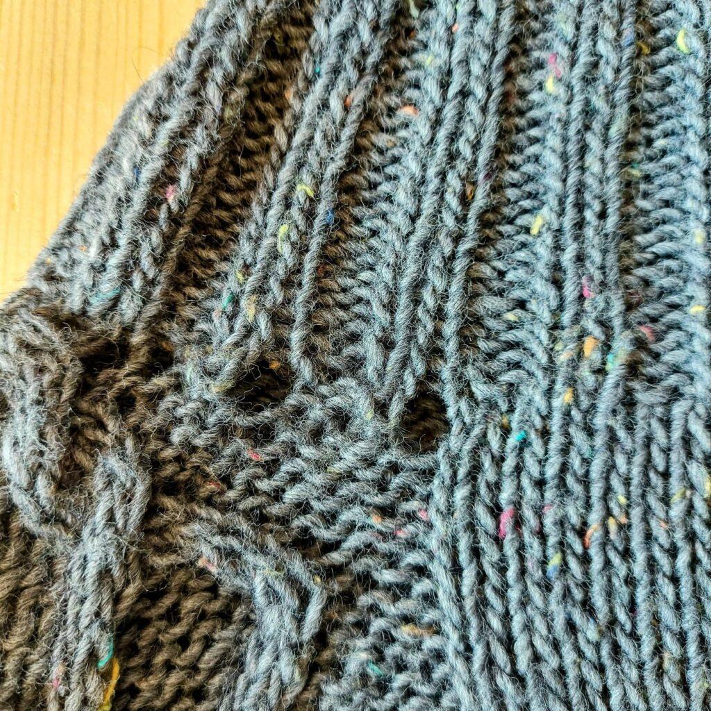 Rzędy skrócone - kształtowanie dekoltu w swetrze robionym od góry