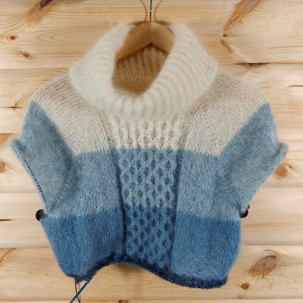 Sweter zrobiony na drutach metodą bezszwową.
