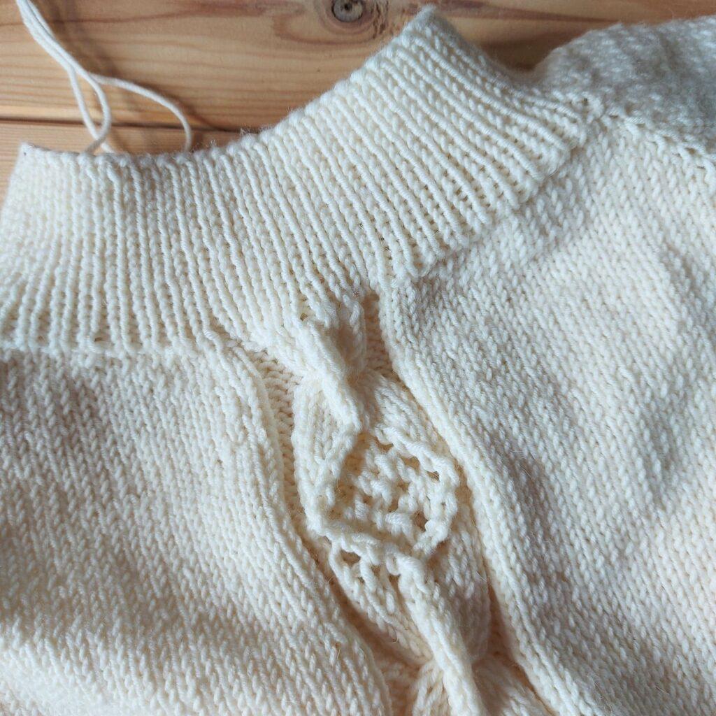 Sweter wykonany z włóczki DROPS Merino Extra Fine